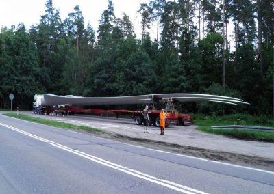 2_Pilot-and-police-escort-of-windmill-blades_Lithuania-July-01-2013